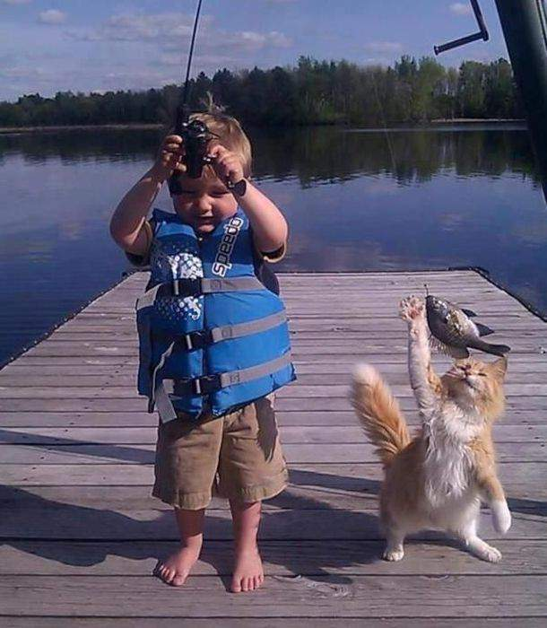 счастливы вместе едут на рыбалку